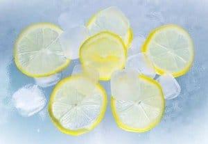 Eiswürfel werden zerkleinert - es entsteht Crushed Eis
