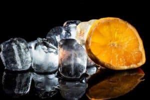 Eiswürfel und Zitrone - oft wichtig für einen guten Drink