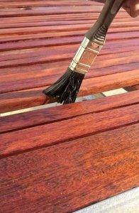 Das Holz muss richtig vorbehandelt werden, um Langlebigkeit zu gewährleisten